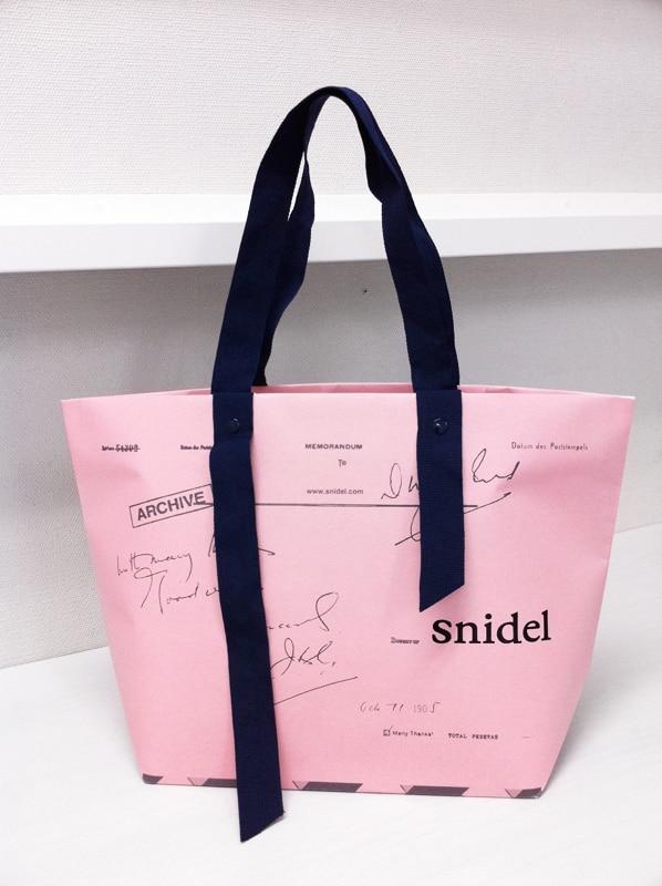 紙袋と思えないような凝ったショップ袋のデザイン