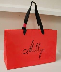 鮮やかなレッドオレンジの色が素敵なショップ袋