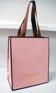 フェミニンな魅力のショップ袋を読む