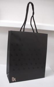 マニッシュなデザインのショップ袋を読む