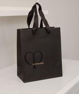 大人っぽい「黒」がきれいな紙袋