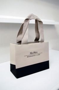 今流行のグレーが素敵な紙袋
