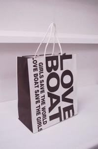 ボーイッシュなデザインが素敵な紙袋を読む