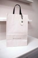かわいいチャームの付いた〈紙袋〉