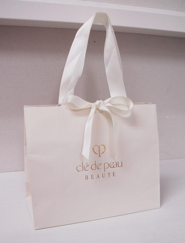 花嫁のような清楚な紙袋を読む