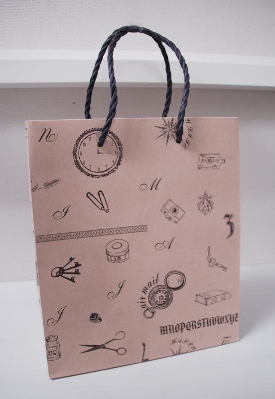 アンティークなイラストの紙袋