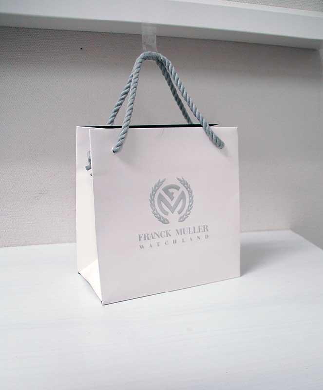 シンプルで高級感ある紙袋
