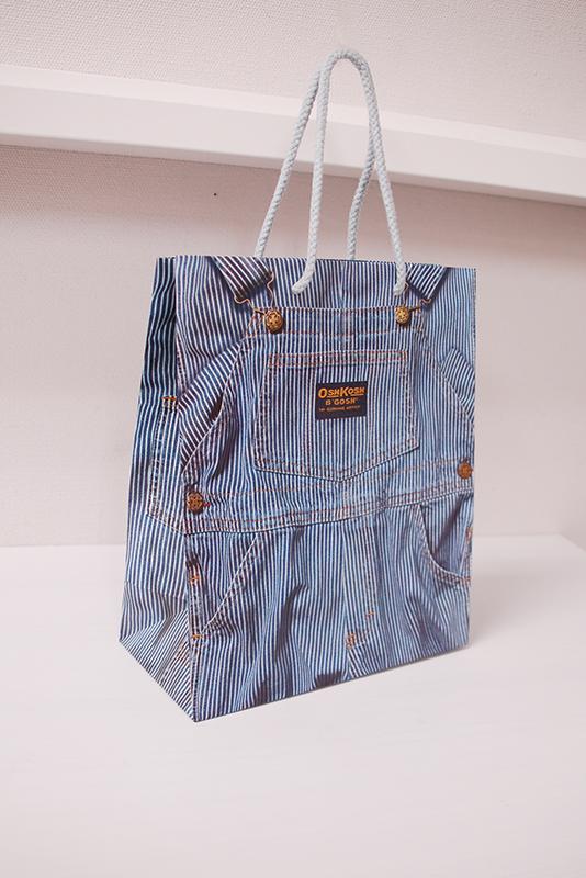 デニムがリアルにプリントされたユニークな紙袋