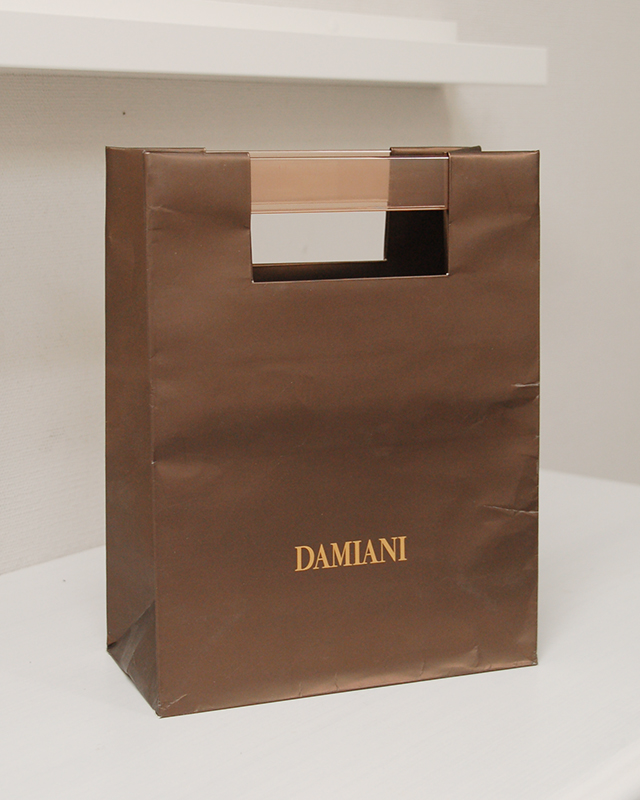 とても珍しいハンドルの紙袋を読む