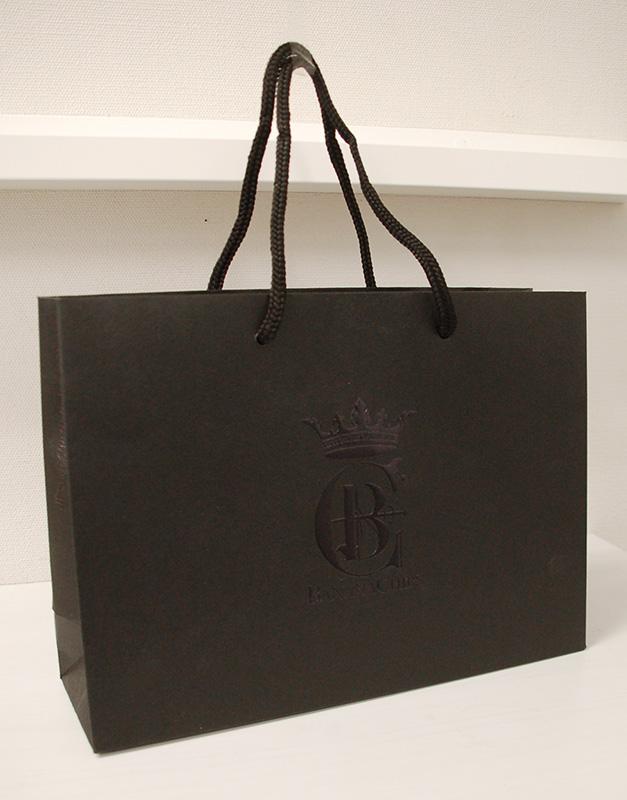 高級感のある真っ黒な紙袋
