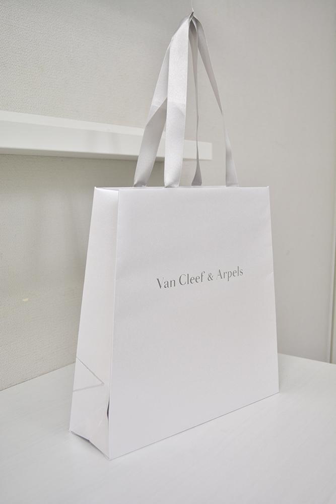 流行の仕様もりだくさん、上品なシルバー紙袋