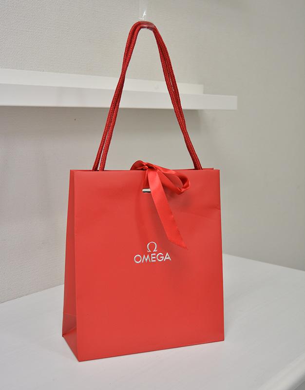 ブランドの格式を感じさせる「赤」が素敵な紙袋