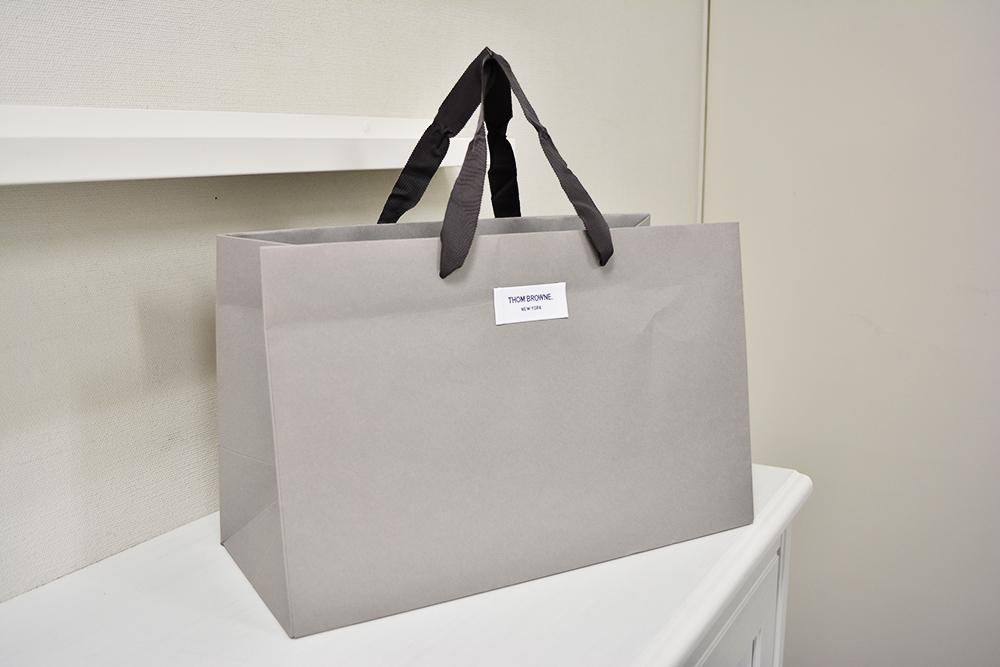 紙袋もまるで商品。タグの貼られた紙袋