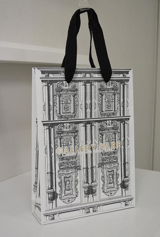 お店のファサードに連動したデザインの紙袋