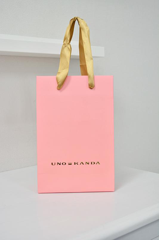 ベーシックカラーペーパーバッグのようなデザインのタレントブランドの紙袋