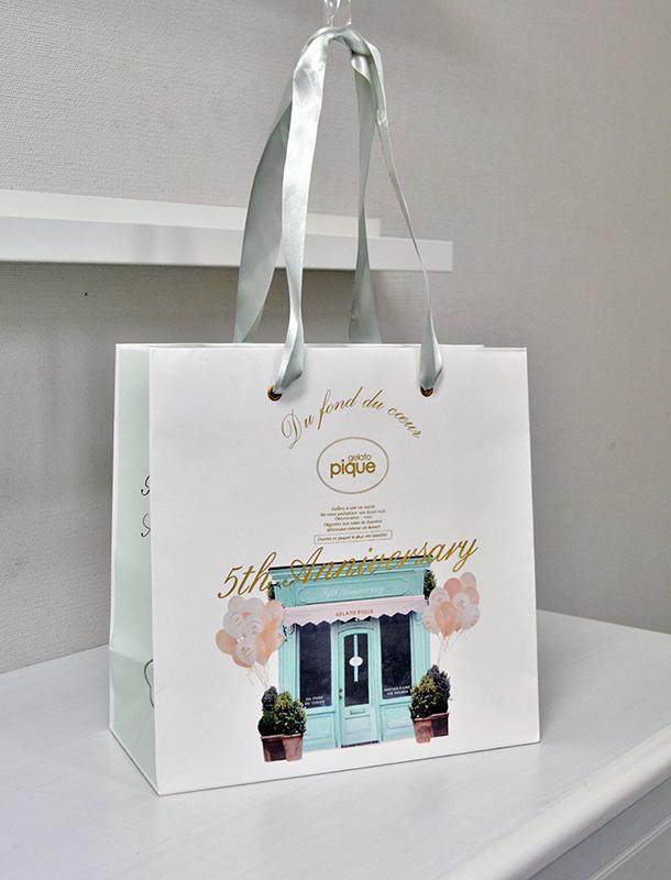 キュートな色使いとデザインが素敵な紙袋