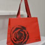 情熱的な「赤」が魅力的な台形の紙袋を読む
