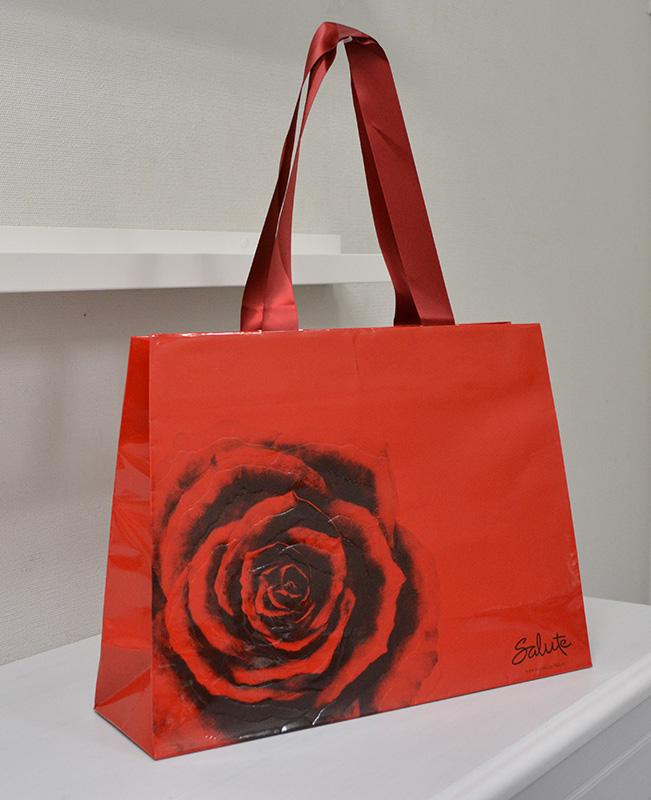 情熱的な「赤」が魅力的な台形の紙袋