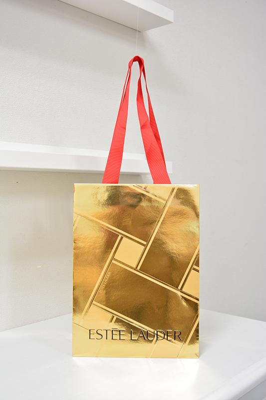 大胆なゴールドに包まれた上品な紙袋