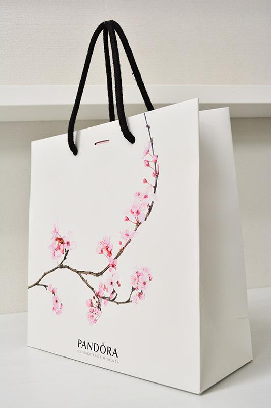 目立つデザインが春を感じさせる紙袋