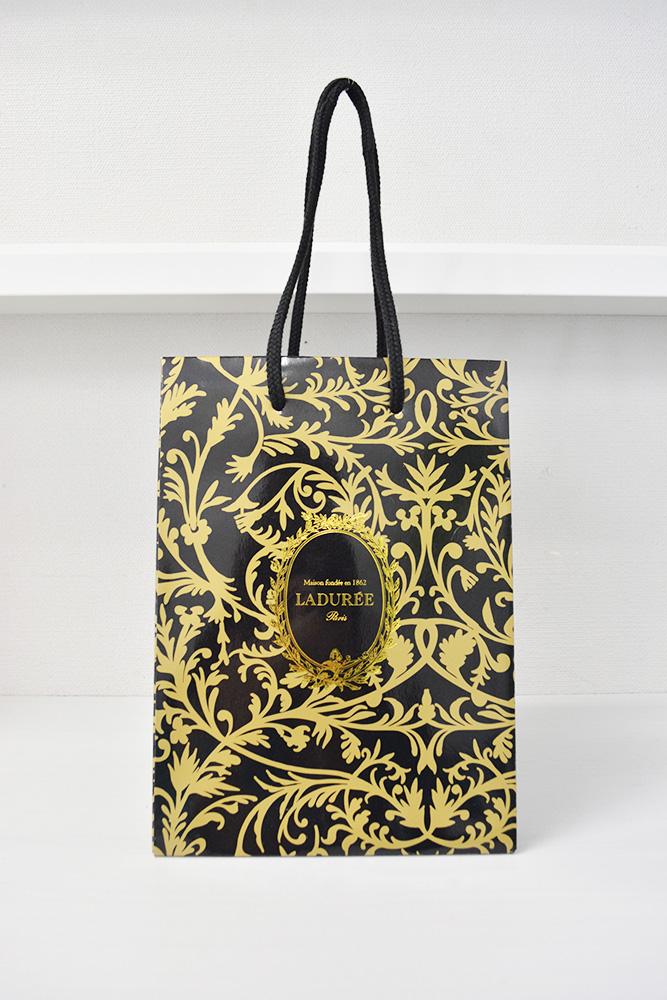 黒とゴールドのゴージャスな紙袋