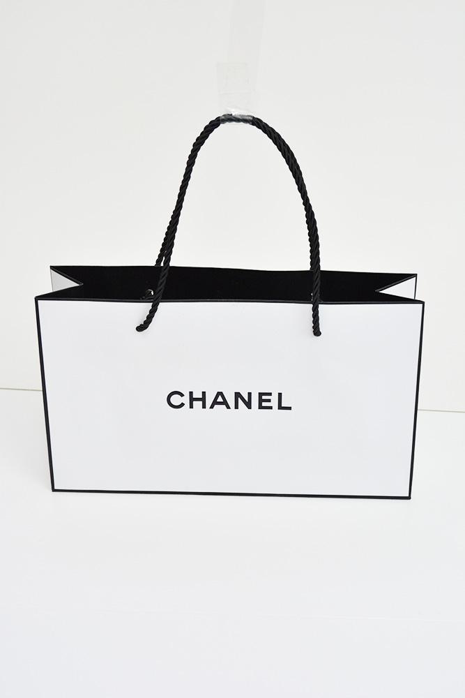 シンプルなだけじゃない、計算され洗練されたデザインのハイブランド紙袋
