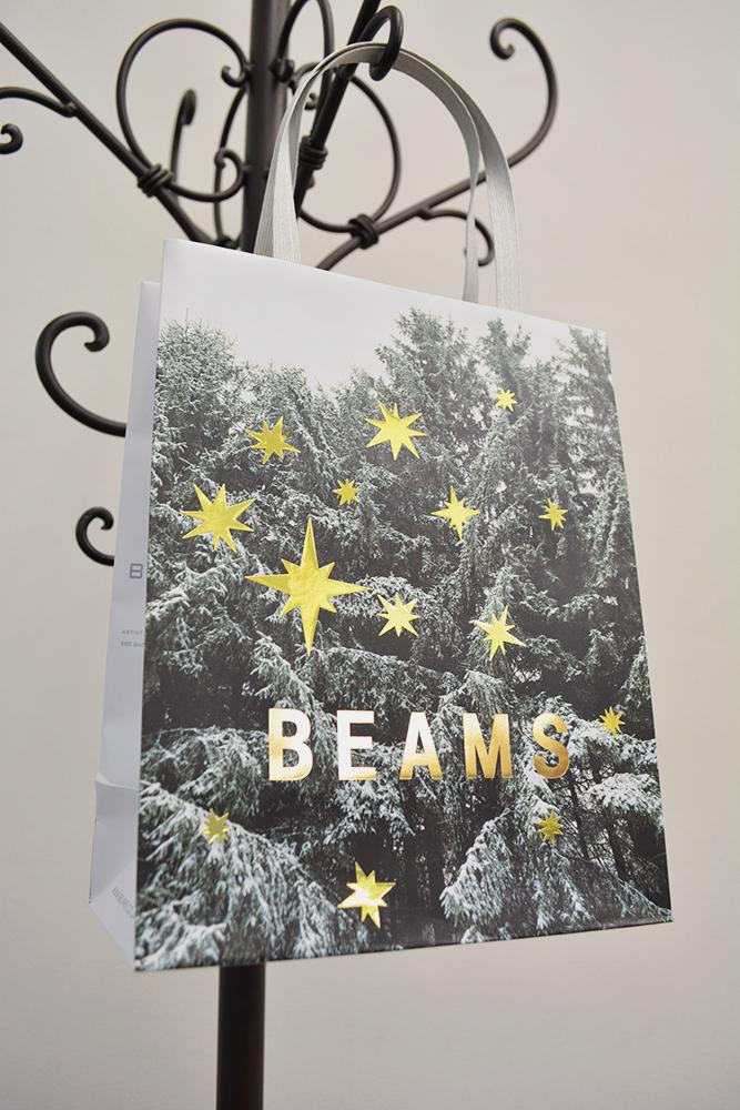 キラキラ光る星が印象的でアートな紙袋を読む