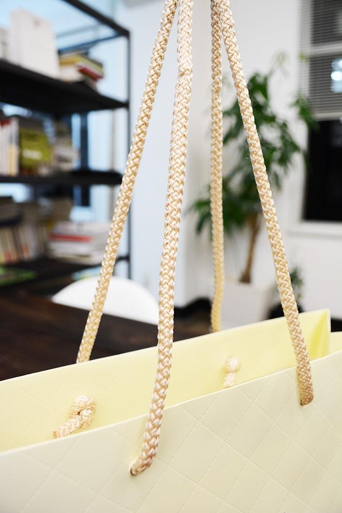 人気アパレルブランドの繊細で綺麗な紙袋