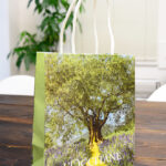 自然愛をコンセプトにしたコスメブランドの紙袋を読む
