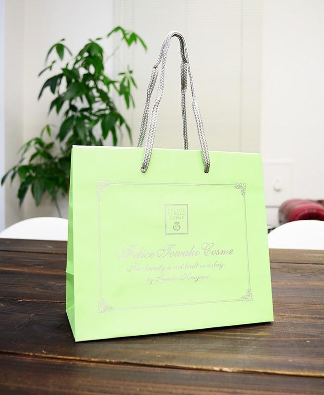 艶感が綺麗な化粧品ブランドの紙袋