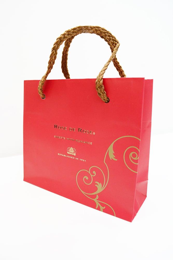 真っ赤なバレンタイン用の紙袋