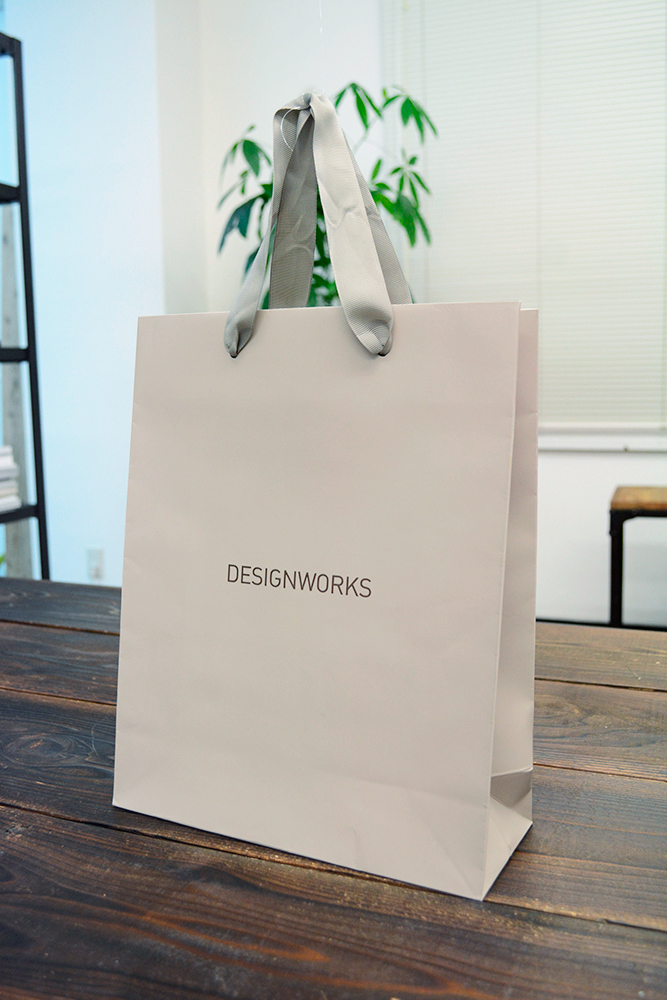 同系色でまとめられたおしゃれな紙袋。