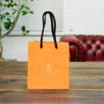 オレンジが鮮やかな紙袋