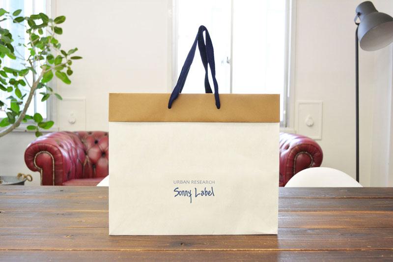 シンプルでも目にとまる、大人カジュアルな紙袋