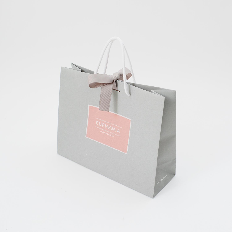柔らかな風合いと高級感が共存する紙袋