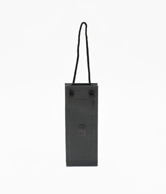 エッジの効いたブラックの紙袋