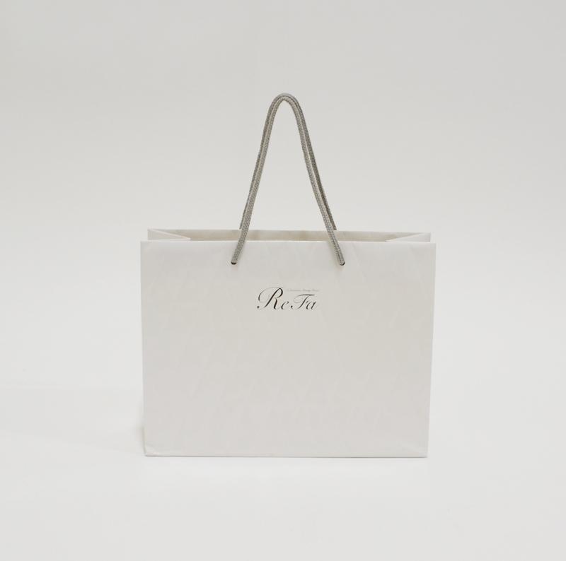 キルティングのようなエンボス加工が印象的な紙袋