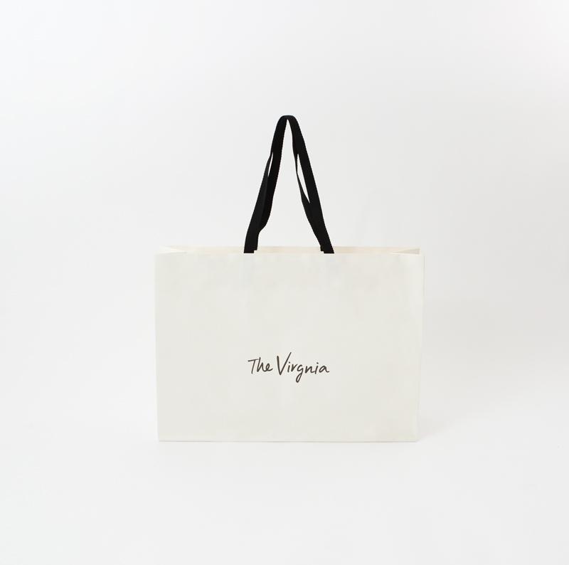 白と黒のバランスがいいオシャレな紙袋