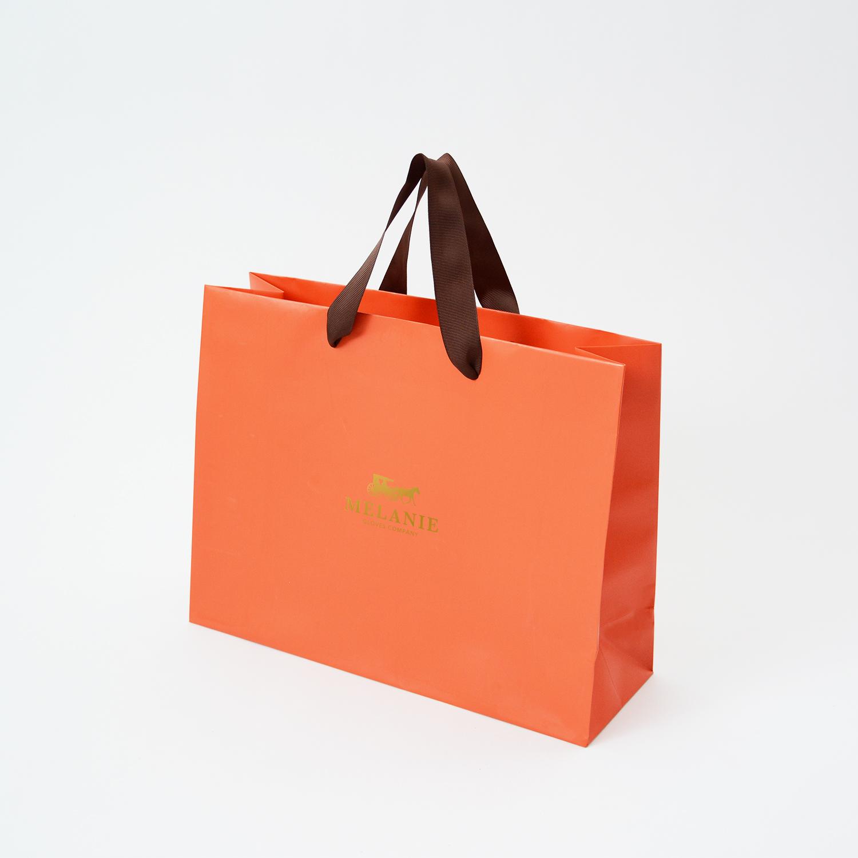 シンプルでも高級感のあるラグジュアリーオレンジの紙袋