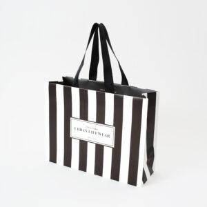 アーバンライクな女性の魅力モノクロ・ストライプの紙袋