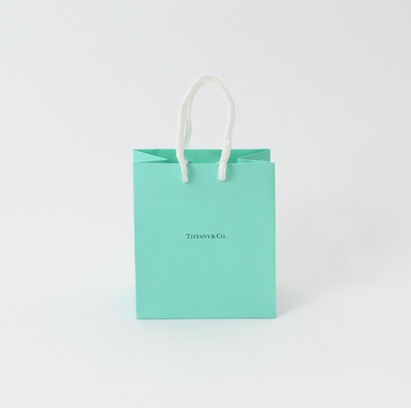 定着したブランドカラーの紙袋