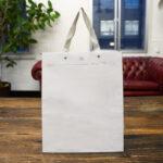 洗練された中に素朴さを感じる、ホワイトの紙袋