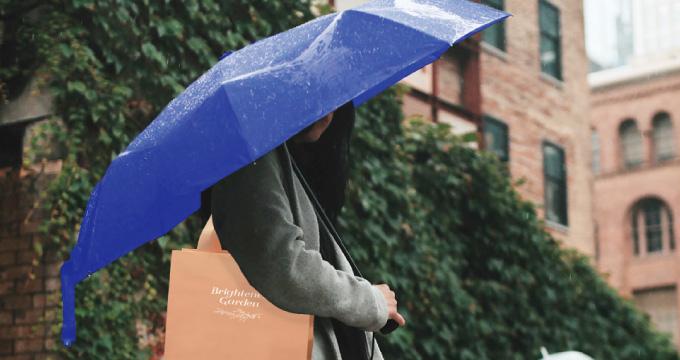 雨の日もオシャレな紙袋を持ち歩きたい!雨に強い紙袋とは?のイメージ