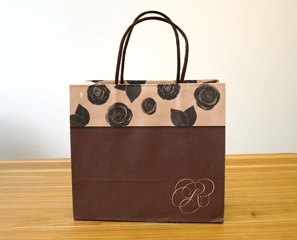 薔薇モチーフの可愛らしい紙袋