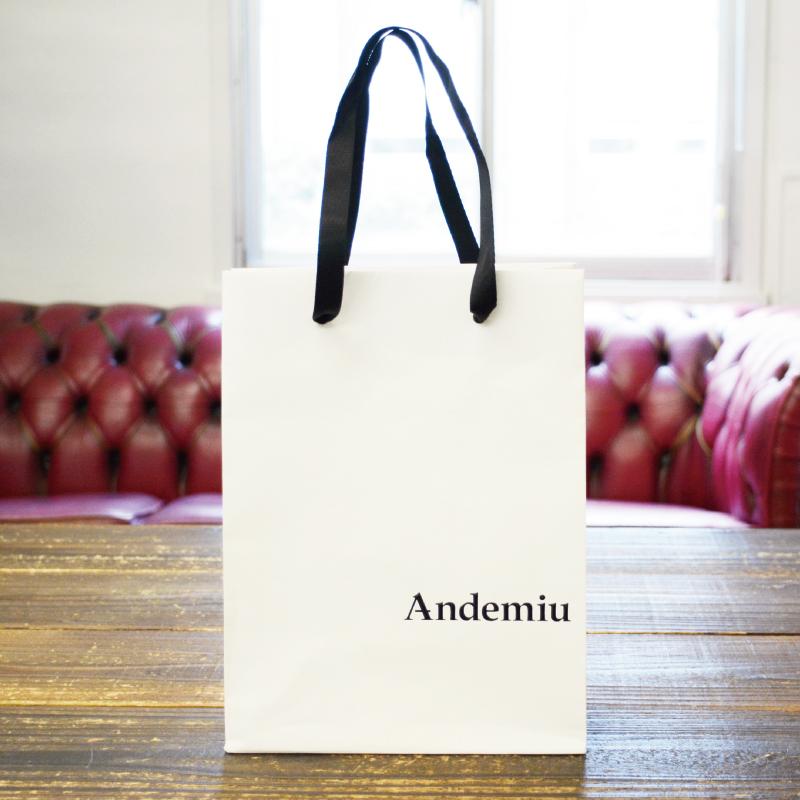 紙袋はシンプルだからこそ、ロゴのバランスが命!