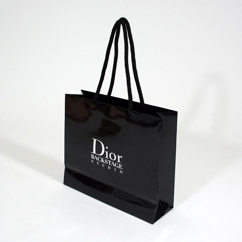 華やかな光沢で魅せるコスメブランドの紙袋