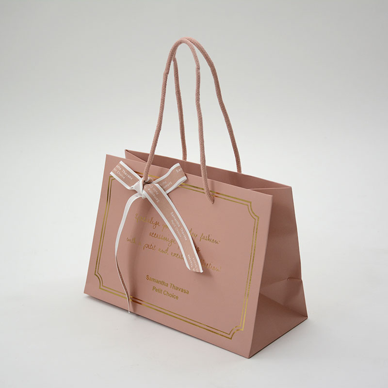 上品なピンクが可愛いアパレルの紙袋