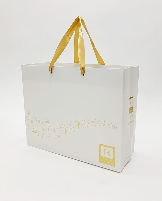 海外生産ならではの箔押しをとても贅沢に使用した紙袋