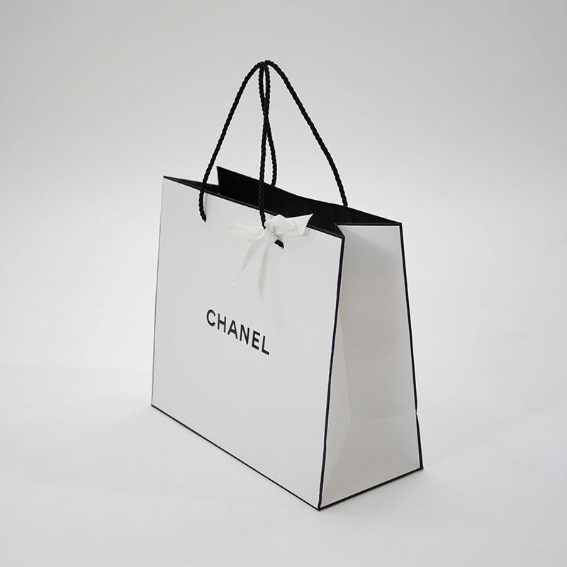 黒色が引き締める上品でクリーンな紙袋