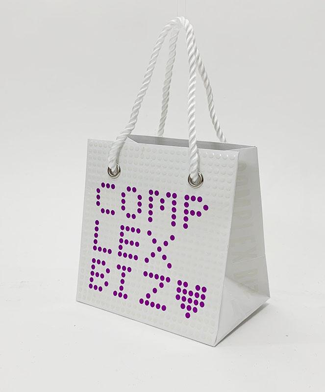 エンボス加工の「ぼこぼこ」がとてもユニークな紙袋